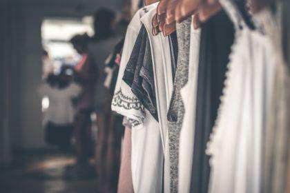 Comment acheter moins de vêtements? Découvrez la garde-robe capsule